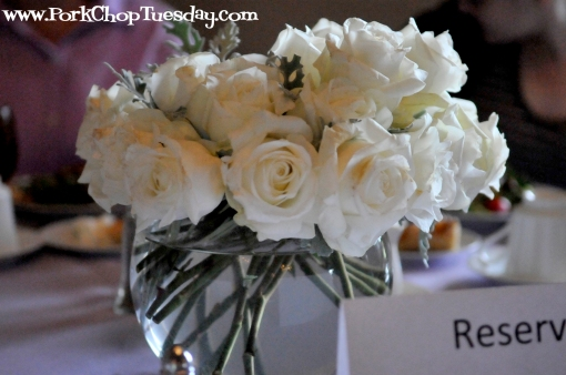 white roses table arrangement